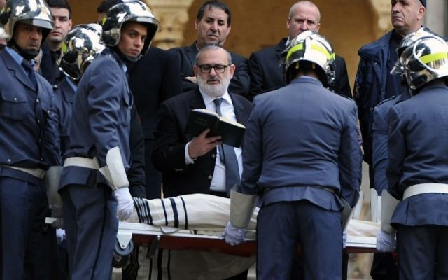 Un rabbin priant lors de l'enterrement de Roger Hanin au cimetière St Eugène à Alger le 13 février 2015 (Crédit : AFP PHOTO / FAROUK BATICHE )