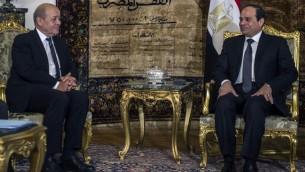 Le ministre de la Défense français Jean Yves Le Drian et le président de l'Egypte, Abdel Fatah Al-Sissi lors de la signature d'un contrat militaire au Caire le 16 février 2015 (Crédit : AFP PHOTO / KHALED DESOUKI)