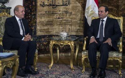 Le ministre de la Défense français Jean Yves Le Drian et le président de l'Egypte, Abdel Fatah Al-Sissi lors de la signature d'un contrat militaire au Caire, le 16 février 2015. (Crédit : Khaled Desouki/AFP)