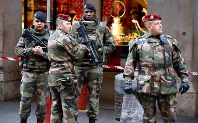 Soldats déployés devant le centre communautaire juif où 3 soldats de Vigipirate ont été attaqués par un homme avec une arme blanche, à Nice, le 3 février 2015. (Crédit : Valéry Hache/AFP)