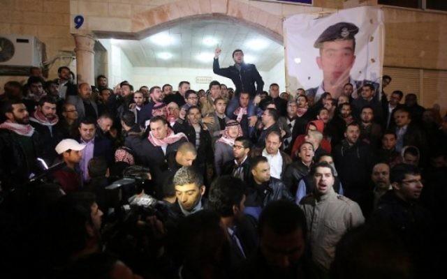 La famille et des gens venus soutenir l'entourage du pilote jordanien brûlé vif par l'EI Maoz al-Kasasbeh - 3 février 2015 (Crédit : AFP/STR)
