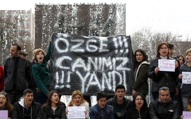 """Les manifestants tenant une banière sur laquelle ont peut lire """"Ozge, nous avons souffert avec toi"""" lors d'une manifestation le 15 février 2015 à Ankara pour dénoncer le viol et le meurtre de la jeune Ozgecan Aslan (Crédit :  AFP PHOTO / ADEM ALTAN )"""