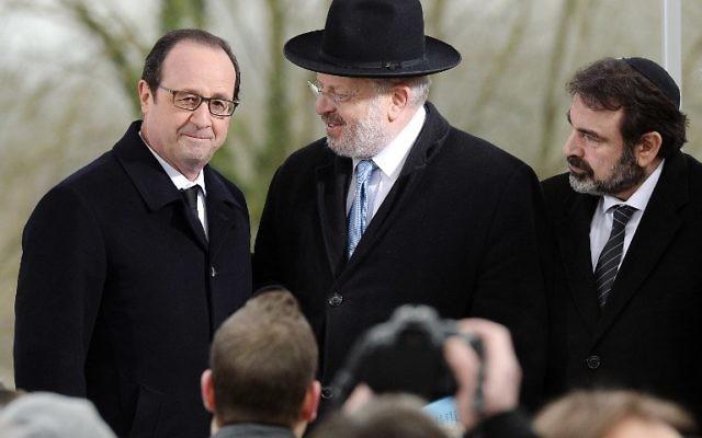 Le président François Hollande, le président du consistoire Joel Mergui et Rene Gutman, le Grand Rabbin du Bas-Rhin lors d'une cérémonie organisée après la profanation de quelque 250 tombes au cimetière juif de Sarre-Union, à l'est de la France, le 17 février 2015. (Crédit : Patrick Hertzog/AFP)