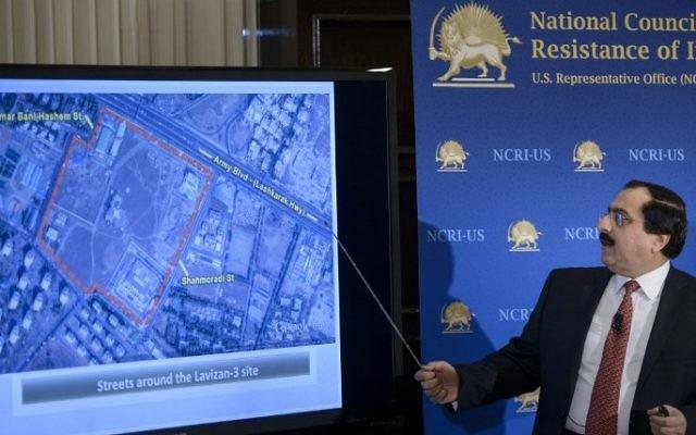 Alireza Jafarzadeh, le directeur adjoint pour les Etats-Unis du Conseil national de la résistance iranienne (CNRI) présentant des images satellites tirées de Google Maps d'un supposé site d'enrichissement d'uranium iranien le 24 février 2015 (Crédit : AFP/BRENDAN SMIALOWSKI)