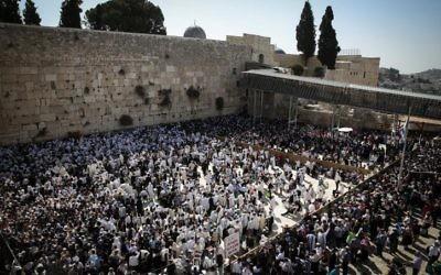 Une vue aérienne de la Vieille Ville de Jérusalem lors des prières de Pessah (Crédit: Hadas Parush/Flash90)