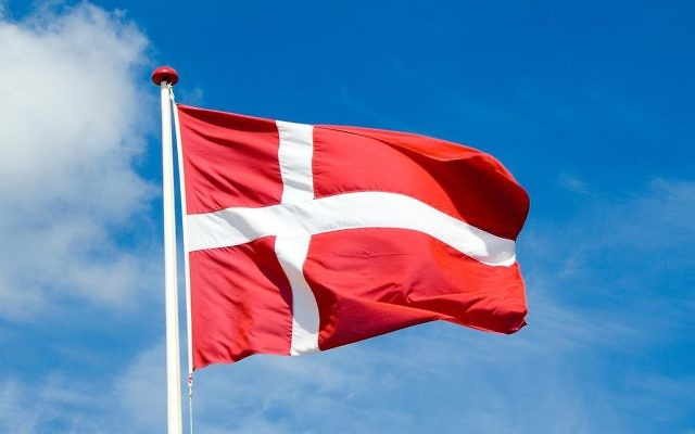 Illustration du drapeau du Danemark (Crédit : Jacob Bøtter/CC BY 2.0/Wikimedia commons)