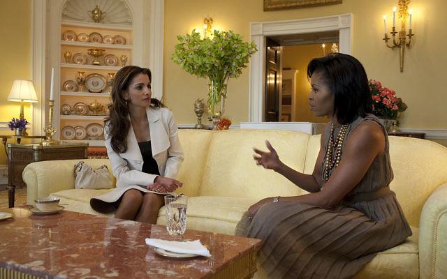 La reine Rania de Jordanie et Michelle Obama dans le bureau ovale à Washington (Crédit : Samantha Appleton/ Wikimedia)