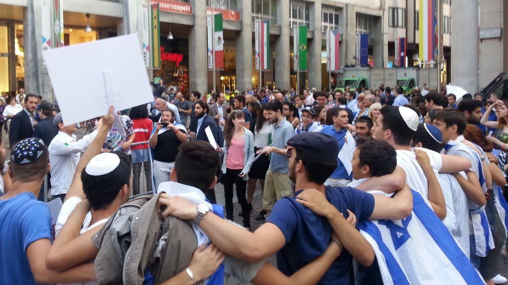 Les supporters d'Israël lors d'une manifestation pendant l'opération Bordure protectrice le 24 juillet 2014 à Milan (Crédit : Elinor Betesh)