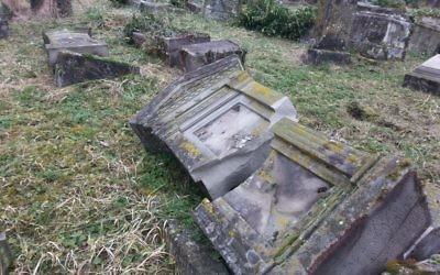 Des tombes profanées au cimetière de Sarre-Union, en Alsace, en février 2015. (Crédit : Nathan Kretz/Times of Israël)