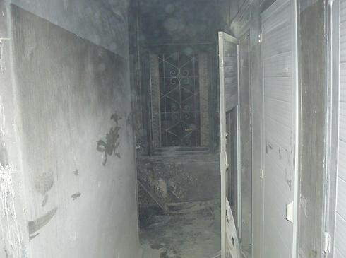 Photo des toilettes incendiées au séminaire grec orthodoxe à Jérusalem le 26 février 2015 (Crédit : Jerusalem Fire Department)