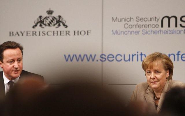 David Cameron et Angela Merkel (Crédit : Sebastian Zwez/Wikimedia commons)