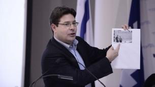 Le député du Likud Ofir Akunis accusant le Camp sioniste de financement occulte lors d'une conférence de presse le 1er février 2015 (Crédit :  Tomer Neuberg/FLASH90)