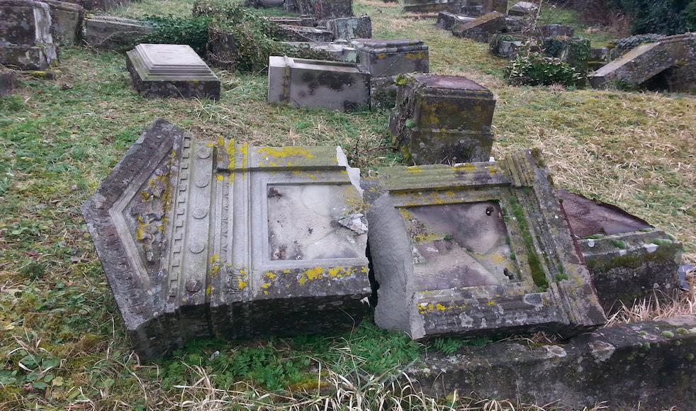 Des tombes profanées au cimetière de Sarre-Union (Crédit : Nathan Kretz/Times of Israel)