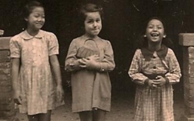 Une petite fille juive et ses amies chinoises pendant la Seconde guerre mondiale. Cette photo fait partie de la collection du musée des Réfugiés juifs de Shanghai (Crédit : Wikimedia Commons)