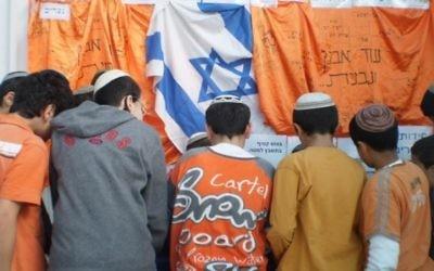 Des enfants marquent le jour du retrait du Gush Katif dans une école à Elad (Crédit : autorisation Amis de Gush Katif)