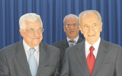 Le président SHimon Peres et le président de l'Autorité palestinienne Mahmoud Abbas en 2008 ; en arrière plan  se trouve Saeb Erekat (Crédit : Kobi Gideon/Flash90)