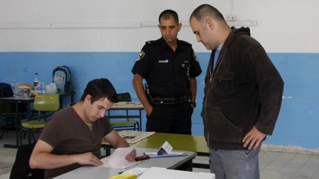 Un résident arabe en train de voter lors des élections municipales le 11 novembre 2008 (Crédit :  Daniel Dreifuss/Flash90)