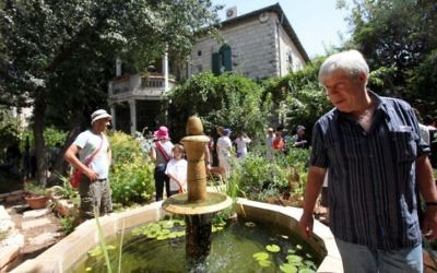 Ariel Hirschfeld montre un jardin conçu à la mémoire de sa femme, écrivain Batia Gur - le 12 septembre, 2009. (Crédit : Yossi Zamir / Flash90)