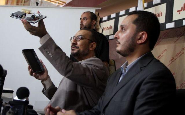 Un responsable du Hamas à Gaza montrant les appareils utilisés par des collaborateurs arrêtés par le mouvement le 23 septembre 2010  (Crédit : Wissam Nassar/Flash90)