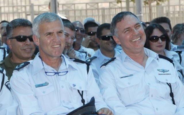 Le commissaire adjoint Hagai Dotan et le chef de la police Yohan Danino le 17 mai 2011 (Crédit :  Miriam Alster/FLASH90)