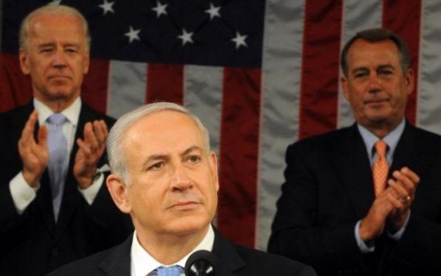 Benjamin Netanyahu reçoit une ovation de la part du vice-président Joe Biden et du président de la Chambre, John Boehner lors d'un discours au Congrès prononcé le 24 mai 2011. (Crédit : Avi Ohayon / GPO / Flash90)