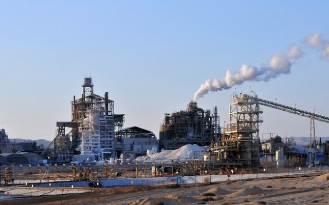 L'usine d'Israel Chemicals de Rothem Amfert, près de la mer morte (Crédit : Shay Levy/Flash90)