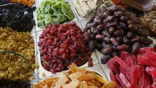 Assortiment de fruits secs disposés sur les étalages du marche Mahane Yehuda à Jérusalem (Crédit : Miriam Alster/Flash 90)