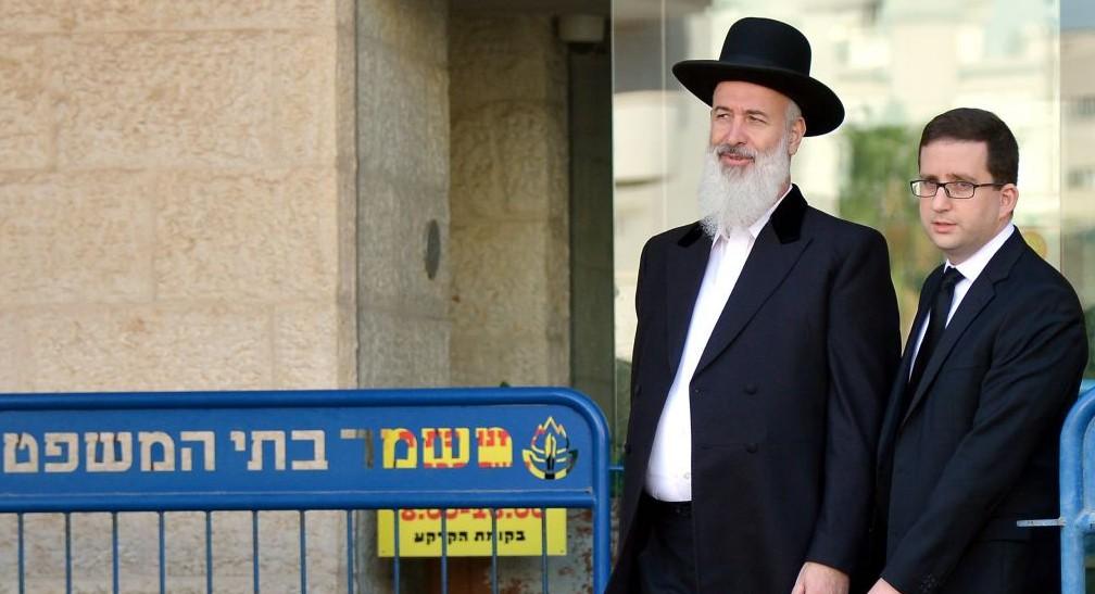 L'ancien Grand Rabbin ashkénaze Yona Metzger (à gauche) quittant le tribunal de Rishon Lezion le 26 novembre 2013 (Crédit photo: Yossi Zeliger/ Flash90)