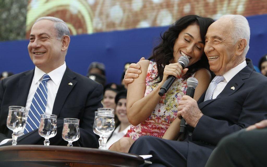 La chanteuse Rita, Shimon Peres et Benjamin Netanyahu lors d'une cérémonie de Yom Hatsmaut (Crédit : Miriam Alster/Flash90)