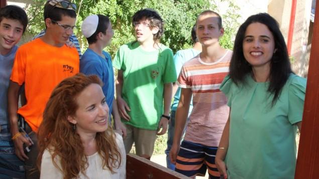 Les députées Stav Shaffir (travailliste) et Ayelet Shaked (HaBayit HaYehudi) à la yeshiva Mekor Chaim  du Gush Etzion, yeshiva dans laquelle étudiait les 3 adolescents enlevés, le 25 juin 2014 (Crédit : Gershon Elinson/FLASH90)