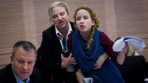La députée travailliste Stav Shaffir expulsée d'une réunion de la Commission de la Knesset des Finances le 8 décembre 2014 (Crédit : Miriam Alster / Flash90)