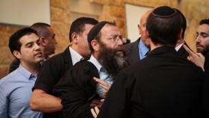 Clash entre le militants d'extrême-droite Baruch Marzel et les députées arabes lors de l'audition de la députée Hanin Zoabi le 9 décembre 2014 (Crédit :  Hadas Parush/Flash90)