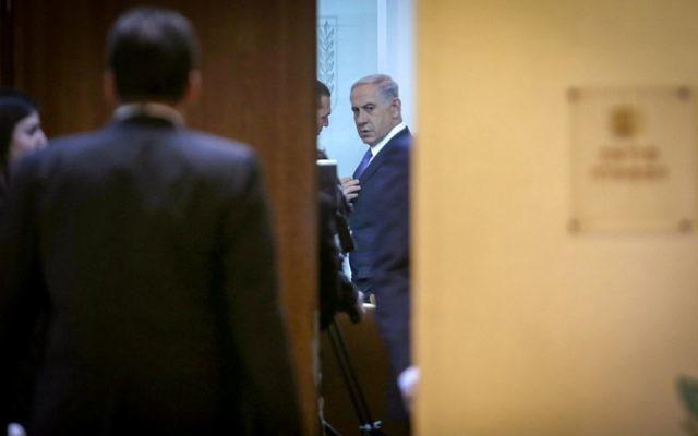 Le Premier ministre Benjamin Netanyahu à la réunion du cabinet du 1er février 2015 (Crédit : Alex Kolomoisky/POOL)