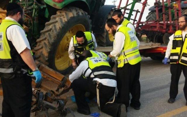 Les secouristes sur les lieux de l'accident à Lehavim - 3 février 2015 (Crédit : Flash 90)