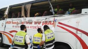 Les équipes de secours sur les lieux d'un accident qui a tué 8 personnes et blessé 20 autres (Crédit :  Shalom Ben Tzur/Zaka Spokesperson)