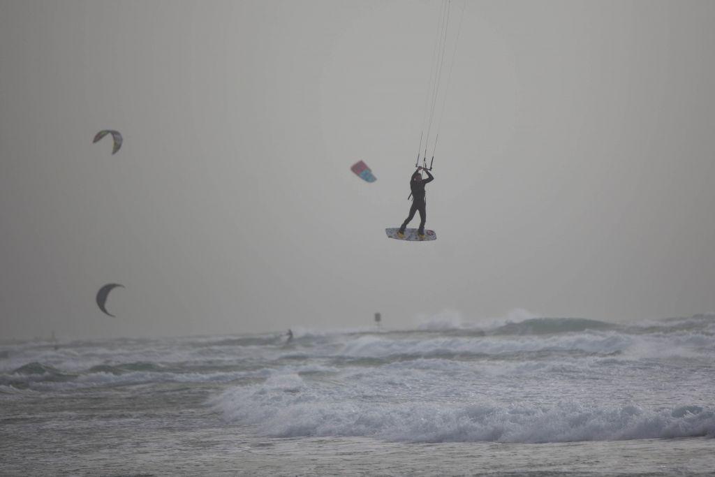 Un Kite-surfer au dessus des vagues agitées de la mer de la plage près de Tel Aviv alors que la tempête se dirige vers cette région le 10 février 2015 (Crédit : Yonatan Sindel/ Flash90)