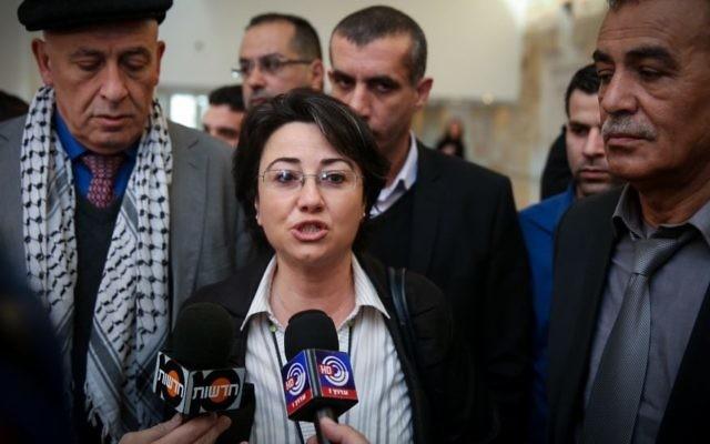 La députée Zoabi s'adressant à la presse lors de l'audition d'appel le 17 février 2015 (Crédit :  Hadas Parush/FLASH90)