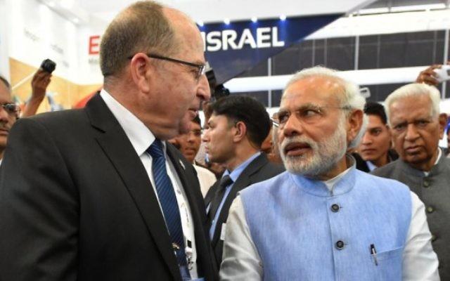Moshe Yaalon rencontre le Premier ministre indien Narendra Modi à l'inauguration du pavillon des industries militaires israéliennes au salon aéronotique de Bangalore, en Inde. (Crédit photo: Ariel Hermoni/Ministère de la Défense/FLASH90)