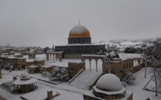 La vieille ville de Jérusalem recouverte d'un épais manteau de neige (Crédit : Jonathan Sindel/Flash90)