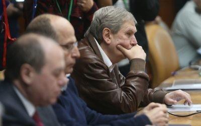 Le chef du Mossad, Tamir Pardo (troisième en partant de la gauche) pendant la réunion hebdomadaire du cabinet, le 22 février 2015 (Crédit : Alex Kolomoisky, Pool)