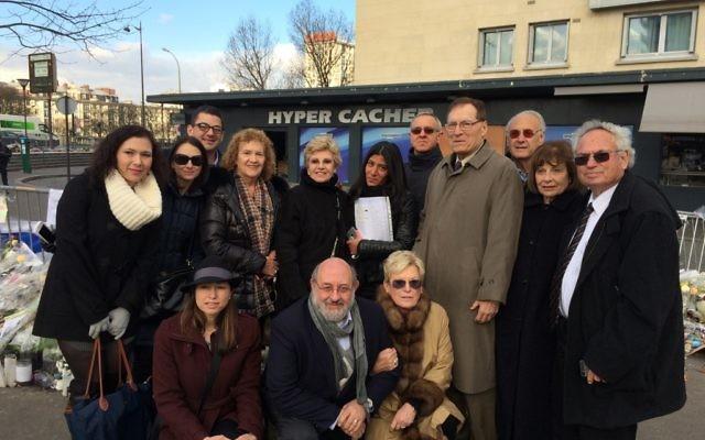 Le groupe de solidarité de l'Agence Juive lors de leur visite de l'Hyper Cacher, le supermarché casher de Paris visé par une attaque terroriste le 9 janvier 2015 (Crédit : Rebcecca Stern/The Jewish Agency for Israel)