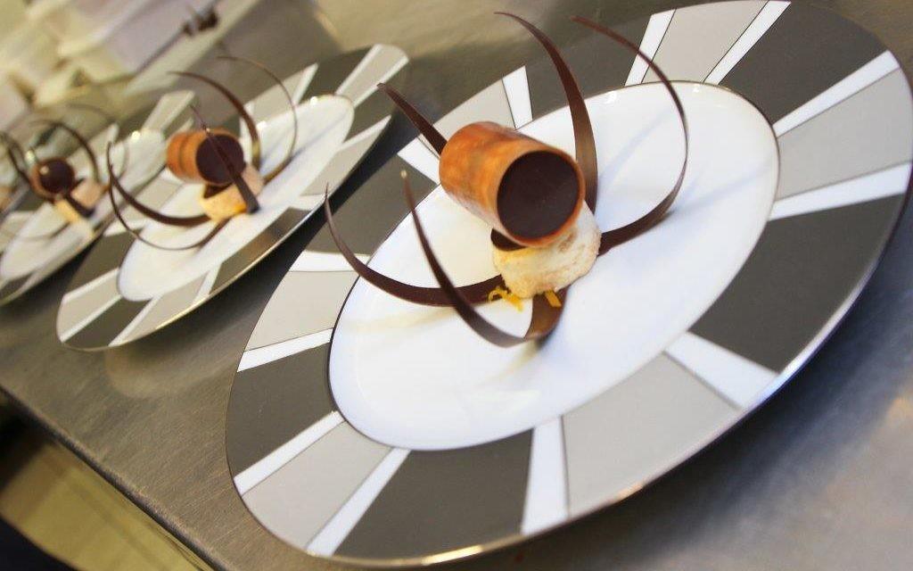 Semaine de la gastronomie française en Israël  l'Ambassadeur de France en Israël, Patrick Maisonnave, est allé rendre visite aux restaurants Mul Yam et Jajo Wine Bar en compagnie de Guillaume Gomez, chef des cuisines du Palais de l'Elysée (Crédit : Marine Crouzet / Ambassade de France en Israël)
