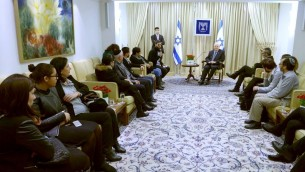 Le président Reuven Rivlin reçoit les familles Saada, Cohen et Braham, qui ont perdu un être aimé lors de la prise d'otage du Hyper Casher à Paris, le 9 février 2015 (Crédit : Mark Neyman/GPO)