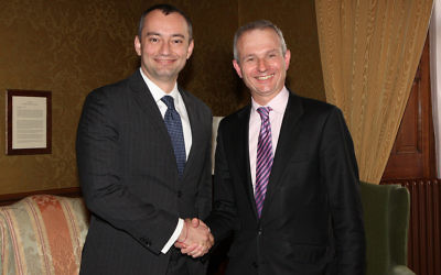 Nickolay Mladenov, à l'époque où il était ministre des Affaires étrangères de la Bulgarie, aux côté du ministre anglais de l'Europe, David Lidington le 16 avril 2012 (Crédit : Flickr/Foreign and Commonwealth Office)
