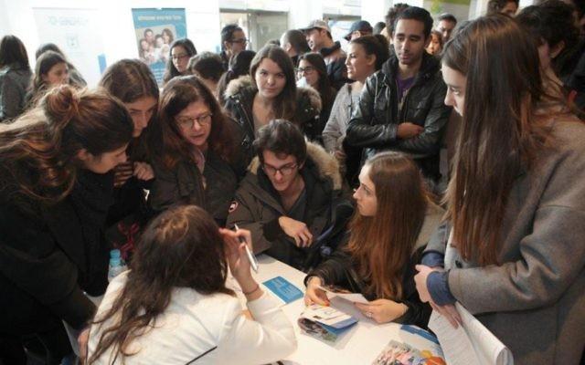 Les personnes présentes à la foire organisée à Paris le 8 février 2015 (Crédit : Jeremy Fournée pour l'Agence juive d'Israël)