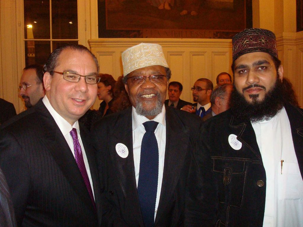 Rabbi Marc Schneier rencontrant les imams dans le cadre de son travail pour améliorer le dialogue entre les Juifs et les Musulmans (Crédit : Autorisation de Foundation for Ethnic Understanding)
