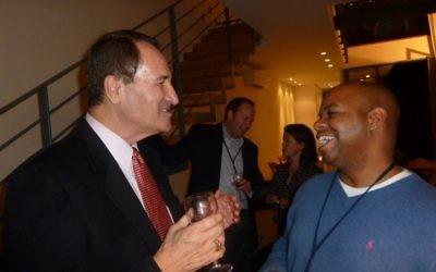 L'ancienne star israélienne de basket et ambassadeur de bonne volonté Tal Brody avec le représentant du Michigan Rudy Hobbs à une réception organisée à la résidence de Yoav Suesskind à Tel-Aviv, le 12 novembre, 2012. (Crédit : autorisation de Project Interchange)