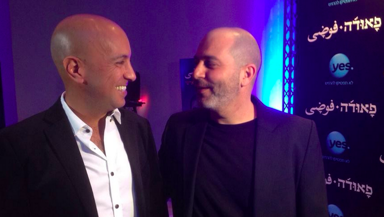 """Avi Issacharoff, à gauche, et Lior Razz, à droite, les co-créateur de """"Fouda"""" (Crédit : Autorisation de la chaîne Yes)"""