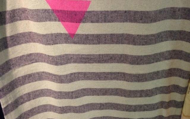Un vêtement qui rappelle l'uniforme des prisonniers homosexuels des nazis (Crédit : ADL)