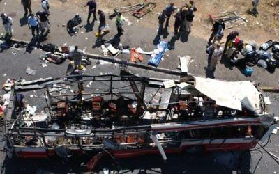 La police et les ambulanciers inspectent la scène après un attentat-suicide dans un bus aux heures de pointe à proximité du quartier de Gilo à Jérusalem pendant la Seconde Intifada, le 18 Juin, (Crédit : Flash90)